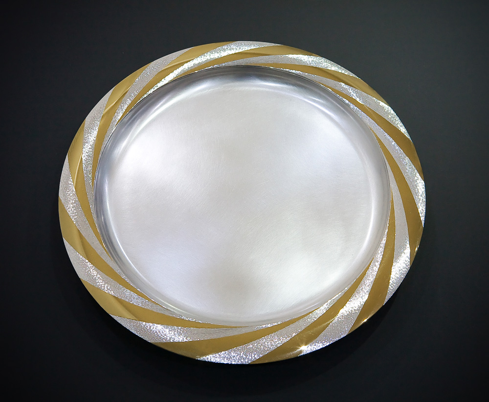 "<a href=""/jewellery/sun-platter-october-2008-silver-rim-hand-engraved-and-polished-part-gilded-36-cm-diameter"">SUN PLATTER. October 2008. Silver, rim hand engraved and polished part gilded. 36 cm diameter. Photo : Simon Armitt</a>"